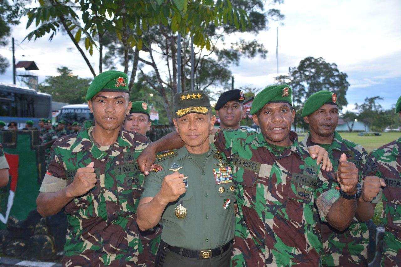Dirangkul Kasad, Prajurit TNI Di Papua Menangis Haru