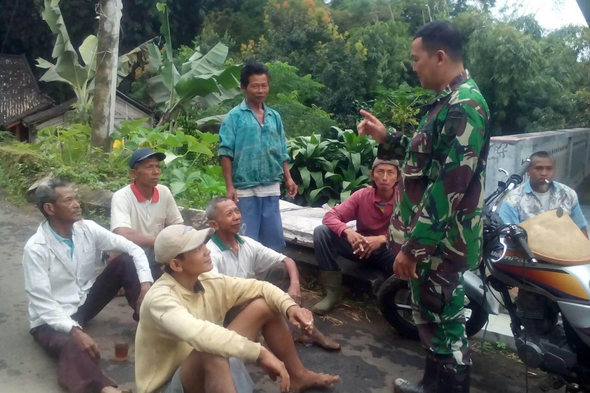Antisipasi Musim Kemarau, Babinsa Ingatkan Petani Supaya Pandai Mangatur Air