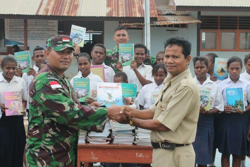 TNI sumbang Buku Untuk Pelajar di Perbatasan