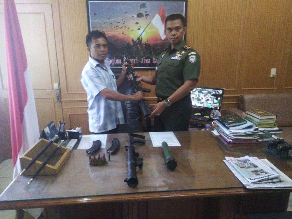 Seorang Warga Aceh Timur Serahkan Senjata Sisa Konflik Ke TNI
