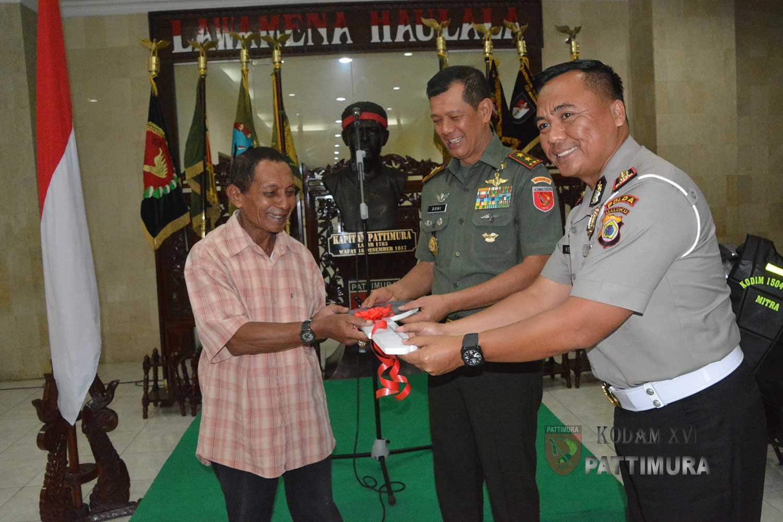 TNI Beri Bantuan Sepeda Motor kepada Warga dan Eks Narapidana di Ambon