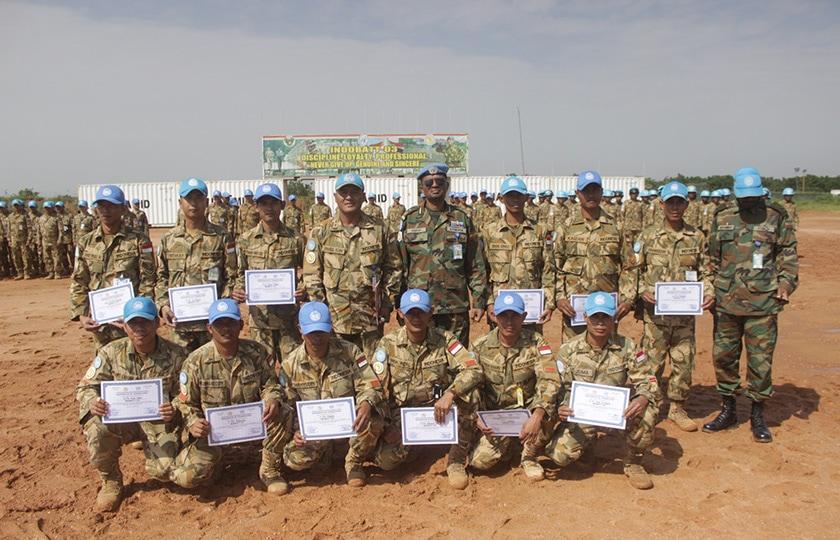 18 Prajurit Indobatt-03 Dapat Penghargaan Dari Sector West Commander