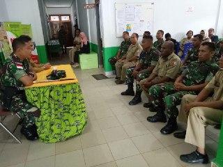 Satgas TNI dan Dinas Kesehatan Beri Pelayanan Kesehatan Untuk Masyarakat Tanah Merah