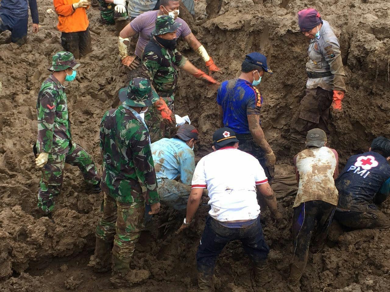TNI Bantu Evakuasi Korban Tanah Longsor Jember