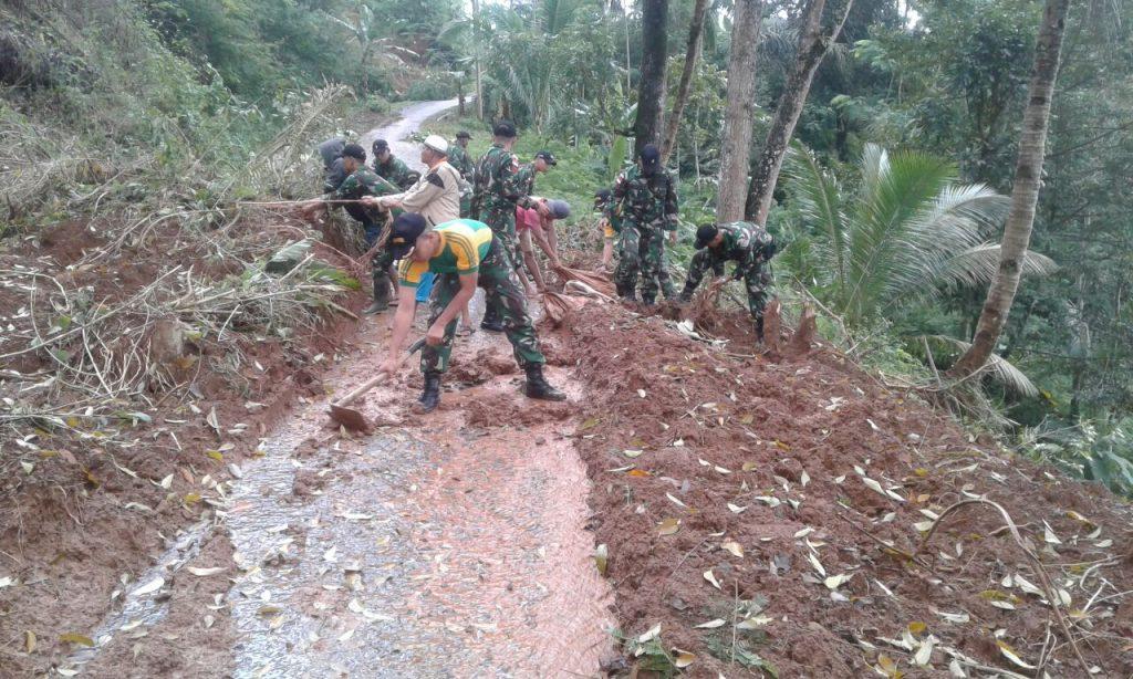 Yonif Raider 323/Kostrad Cepat Tanggap Bantu Korban Bencana