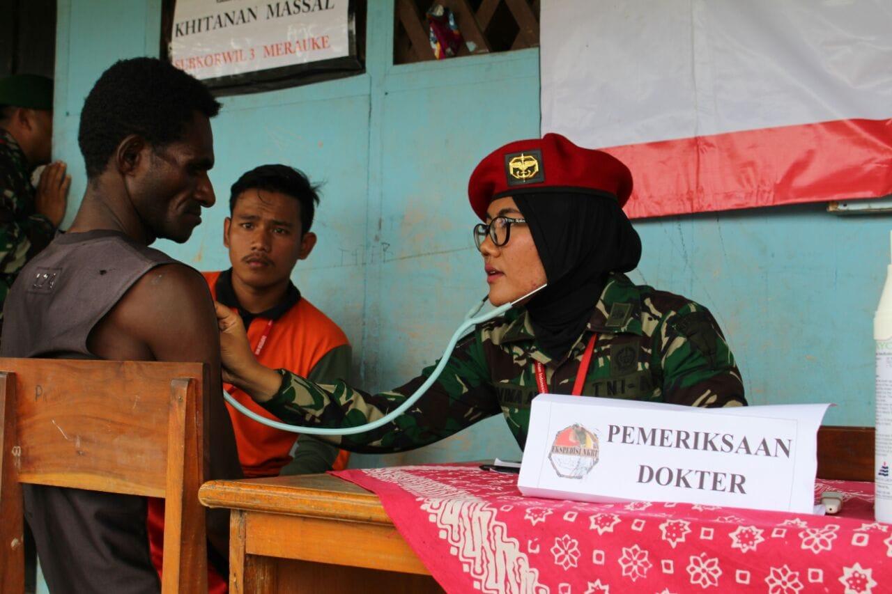 Tim Dokter TNI AD Berikan Pengobatan Gratis di Pedalaman Papua Selatan