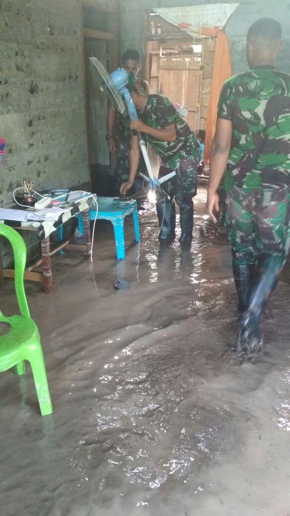 Cepat Tanggap Prajurit TNI Evakuasi Warga Dari Amukan Banjir