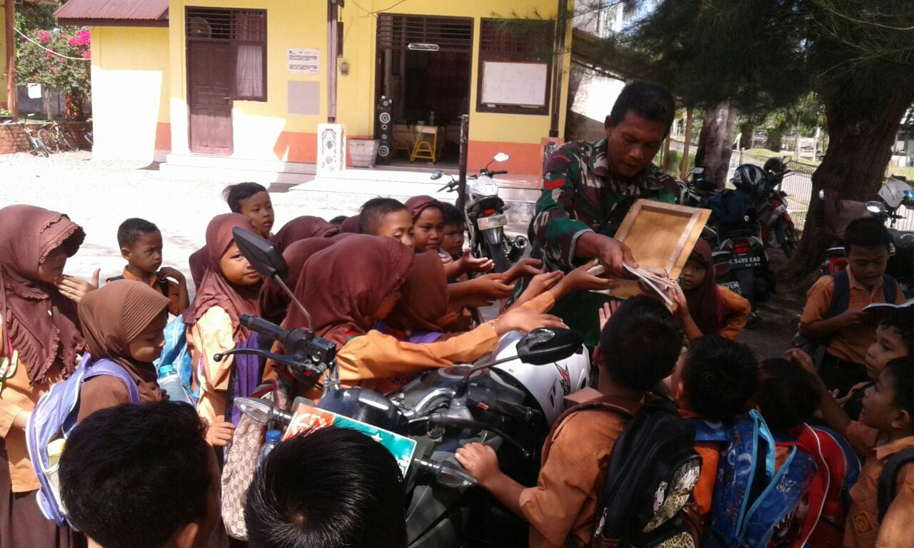 Motor Senyum Datang, Siswa SD Lhok Kuala Pesisir Berburu Buku Bacaan