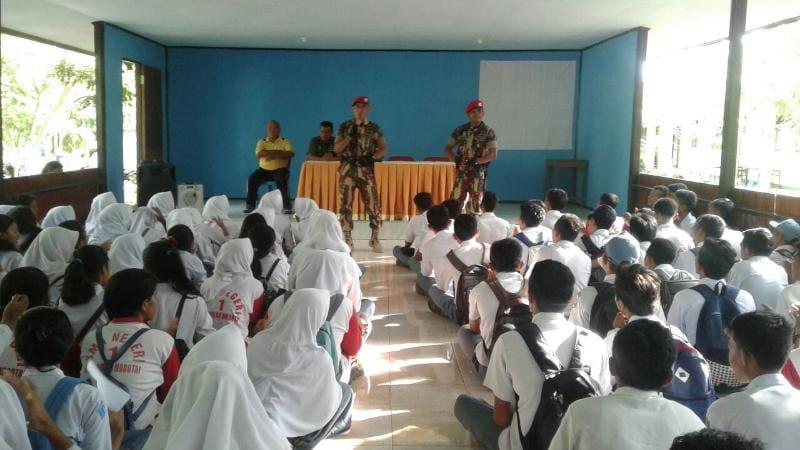 Dua Prajurit Kopassus Bangkitkan Motivasi Siswa Morotai Untuk menjadi Prajurit TNI AD