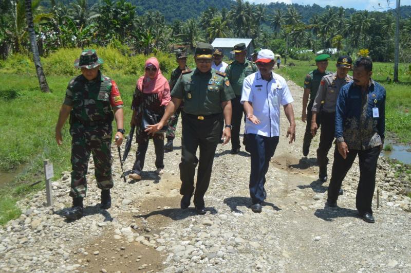 Awasi Pelaksanaan TMMD ke 100, Tim Mabes TNI AD tiba di Oba Maluku Utara