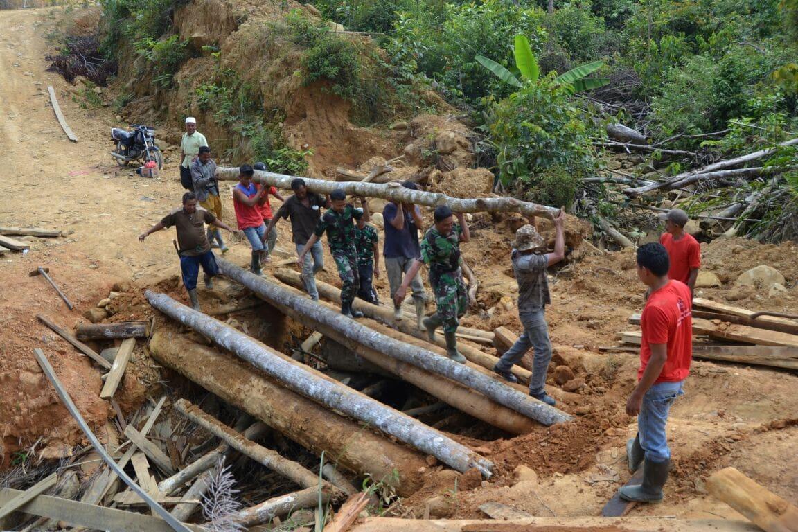 Satgas TMMD Bersama Masyarakat Perbaiki Jembatan Penghubung