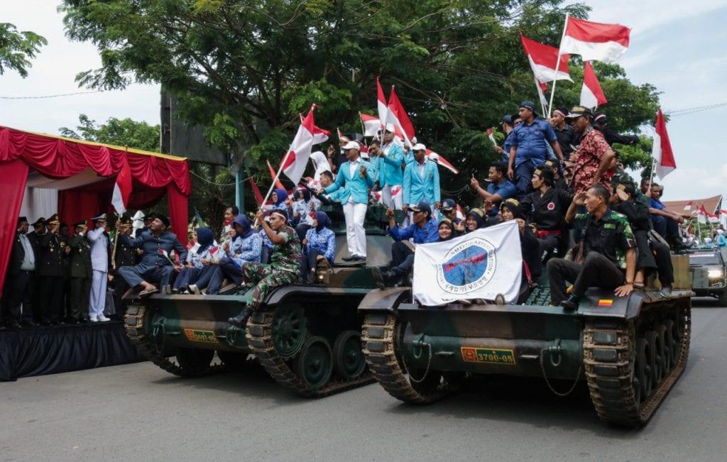 HUT ke-72 TNI, Masyarakat Aceh Naik Kendaraan Tempur TNI Berkeling Kota