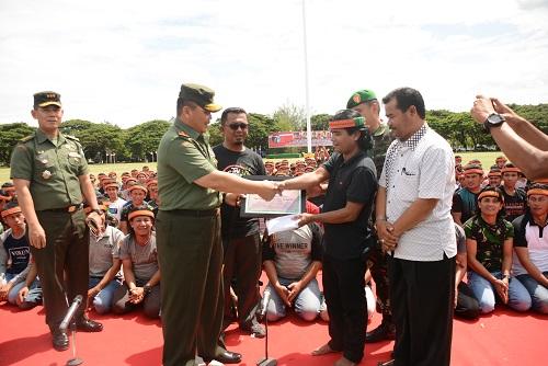 Pangdam IM Beri Penghargaan Kepada Grup Tari Saman Bambu Runcing dan Drumband Gita Handayani