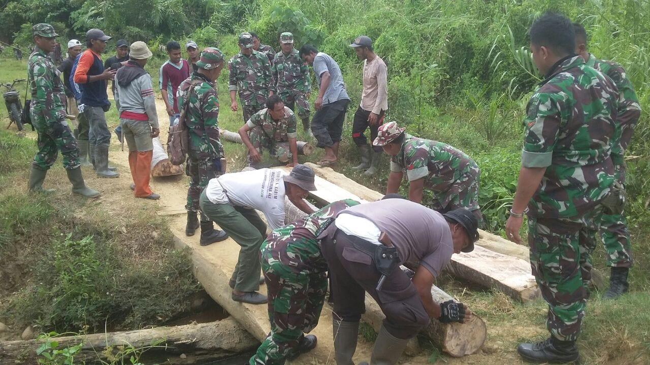 TNI, Polri dan Masyarakat Perbaiki Jembatan