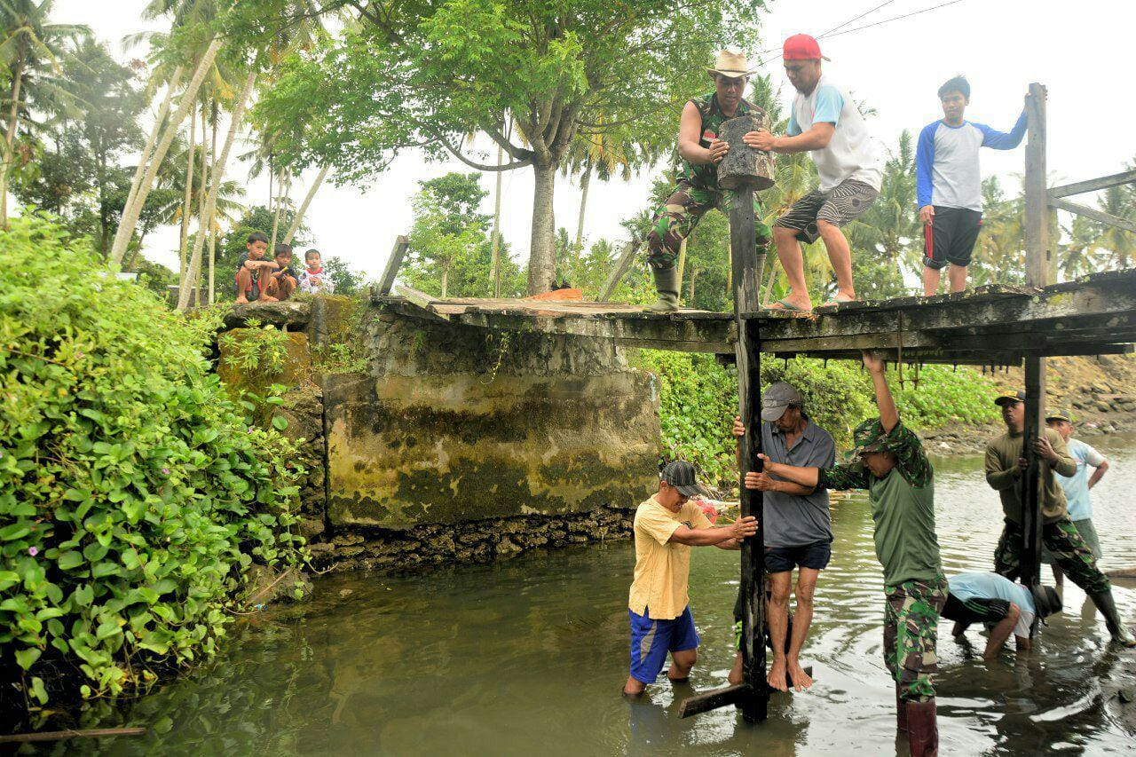 Prajurit Korem 142/Tatag Bersama Warga Rangas Perbaiki Jembatan