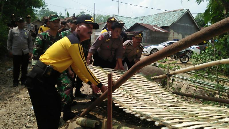 Soliditas TNI-Polri Jombang Bangun Jembatan
