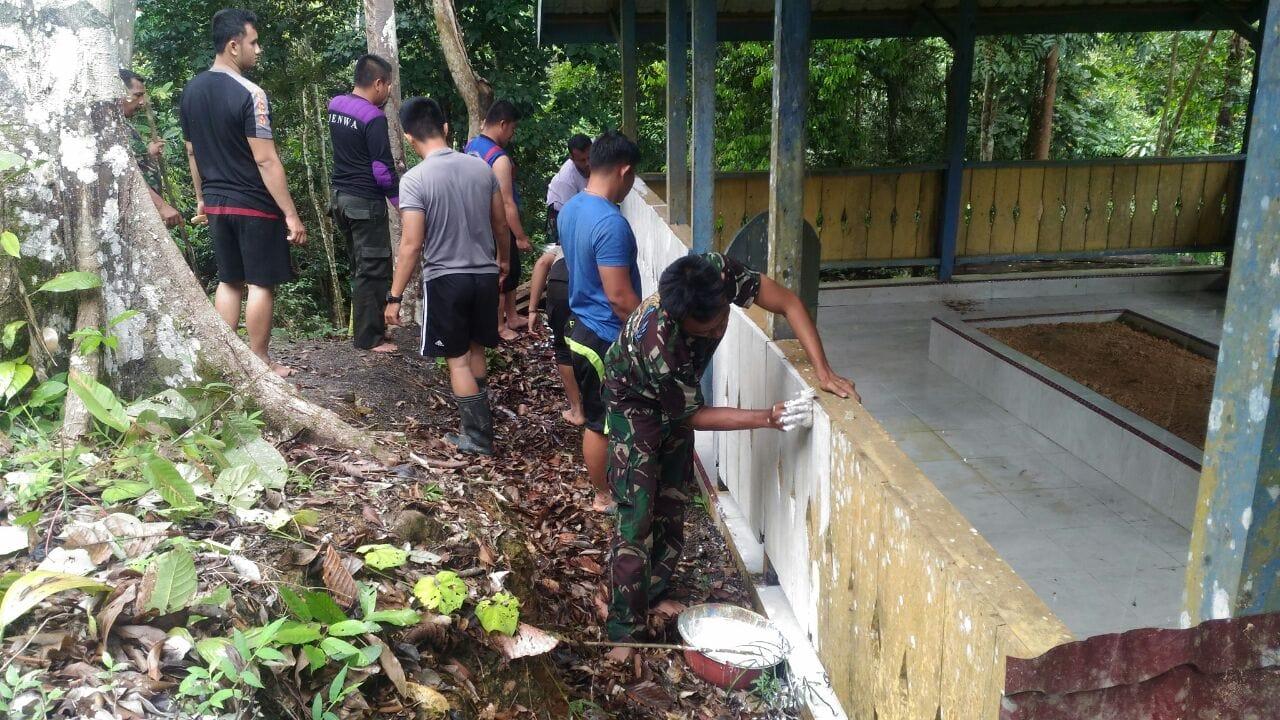 Prajurit TNI, Polri dan Mahasiswa Bersihkan Makam Cut Nyak Meutia