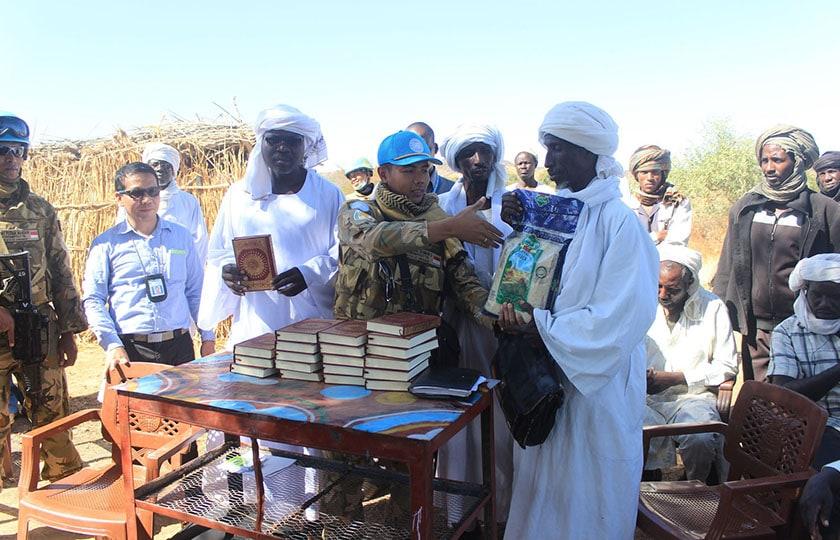 Satgas Indobatt-03 Beri Bantuan Beras dan Alquran di Desa Wailu Sudan