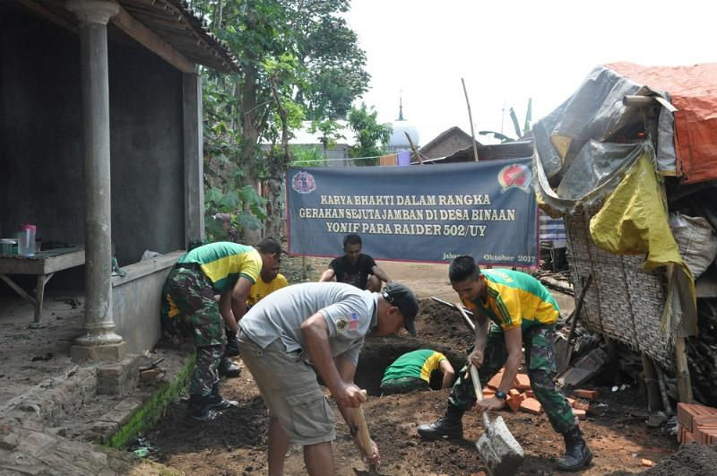 Yonif Para Raider 502 Kostrad Bantu Pembuatan Jamban Warga.