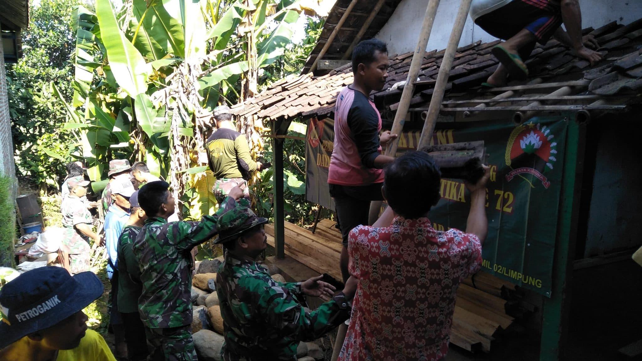 Sudah Tidak Layak, Koramil 02/Limpung Bongkar Rumah Mbah Samidi