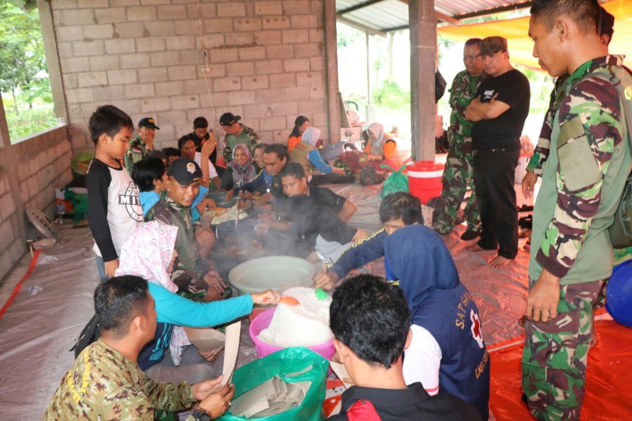Kali ini Kodim 0816/Sidoarjo Bangun Dapur Umum Bagi Korban Banjir