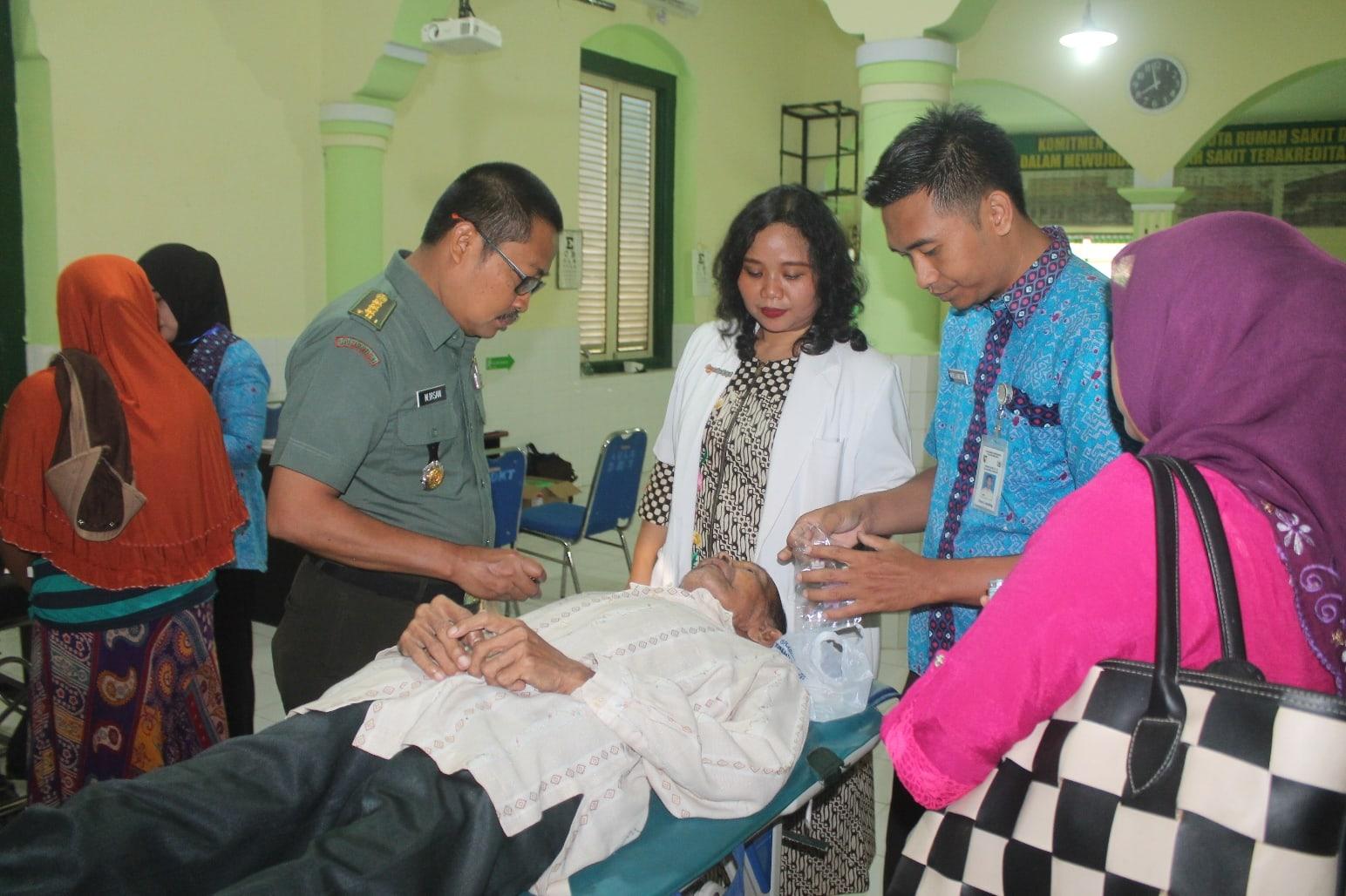 Bakti Sosial TNI Menyelenggarakan Operasi Gratis Katarak di Jember