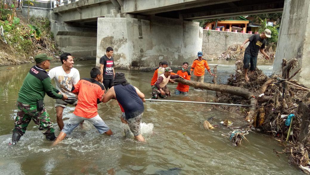 Koramil 18/Bayat Klaten Bersama Relawan dan Masyarakat Bersihkan Sisa Banjir