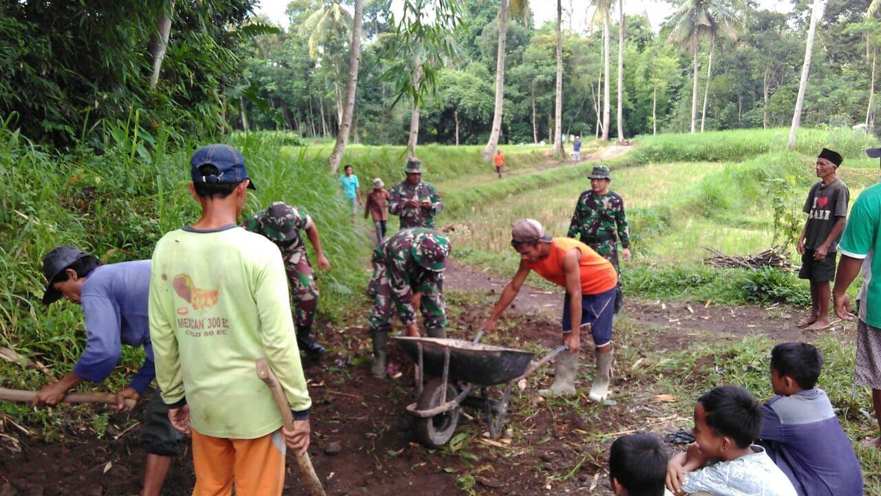 Berkat Bantuan TNI, Akhirnya Jalan di Dusun Padas Menjadi Lebar