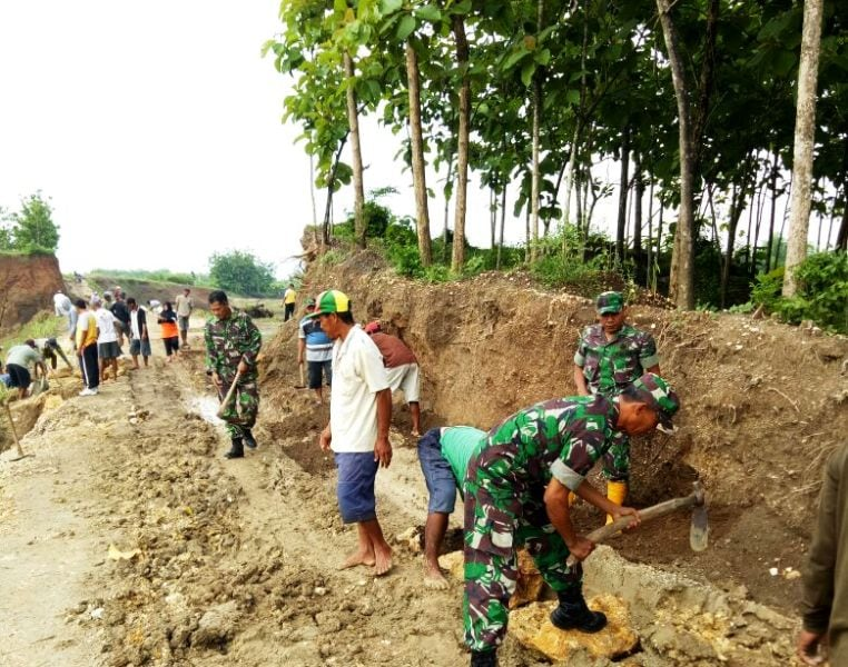 Antisipasi Longsor, TNI dan Warga Gelar Karya Bakti