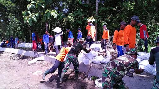 Hindari Gagal Panen, TNI dan Warga Perbaiki Tanggul Yang Jebol