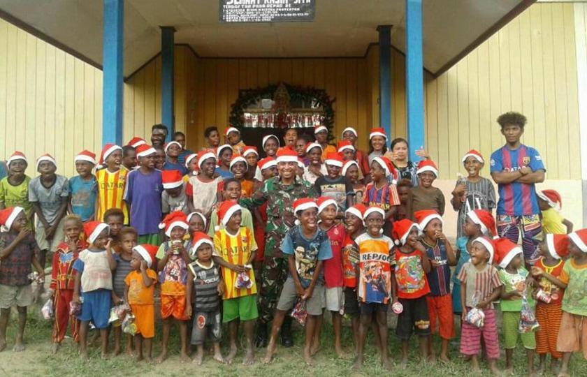 Sinterklas Tentara, Bagi-Bagi Bingkisan Di Distrik Jita