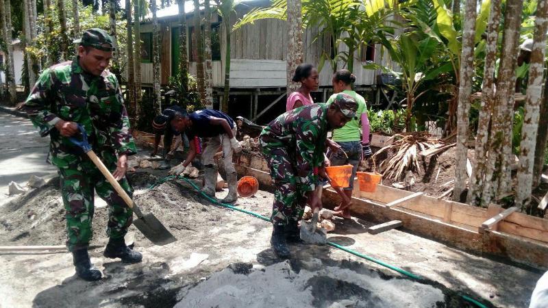Prajurit TNI Bantu Pembuatan Drainase Jalan di Distrik Yapen