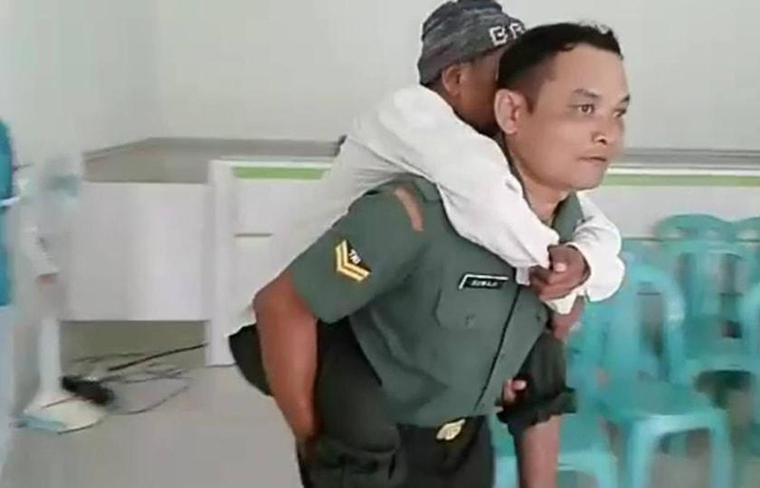 Aksi Babinsa Gendong Pasien Katarak, Mencuri Perhatian Publik.