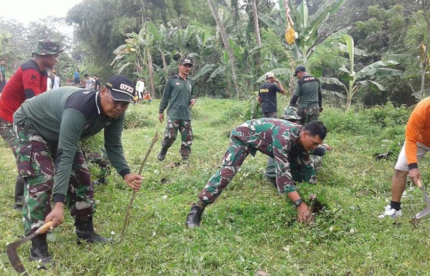 Antisipasi Penghujan, Koramil Kebonarum Karya Bakti Pembersihn Sungai.