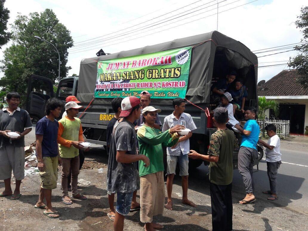 Manunggal Dengan Rakyat Prajurit Kostrad Bagi Ratusan Nasi Bungkus