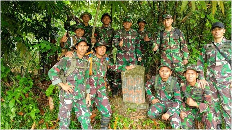 Prajurit Mandala Yudha Kostrad Cek Patok Batas Area Batalyon