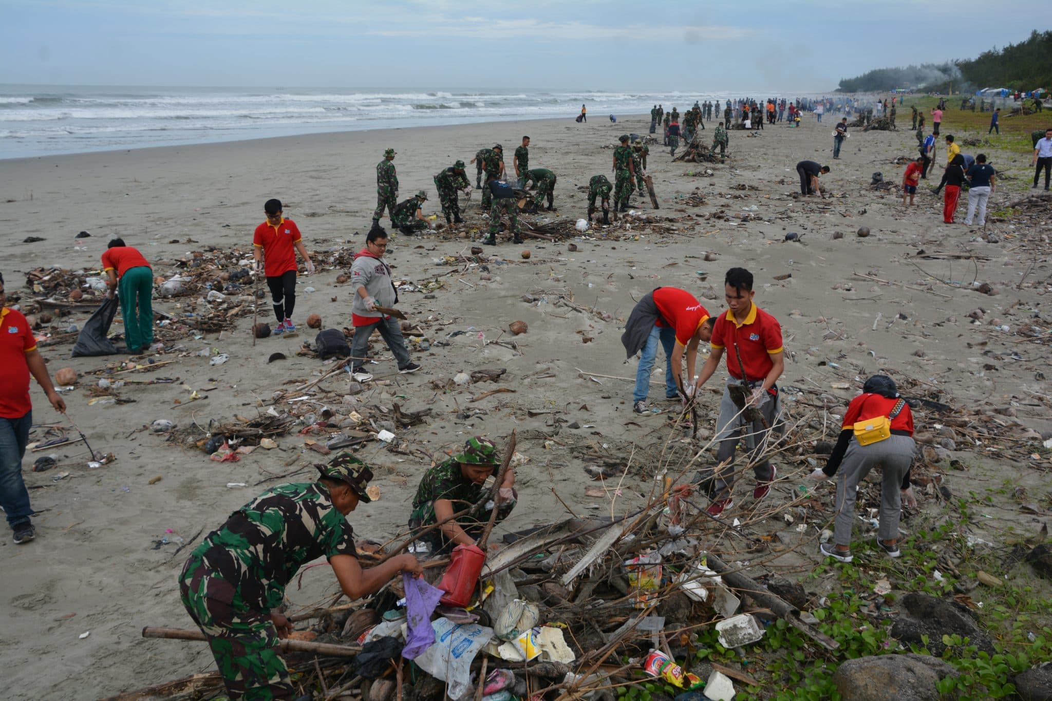 Wujudkan Lingkungan Sehat, Korem 041/Gamas Gelar Bersih-Bersih Pantai