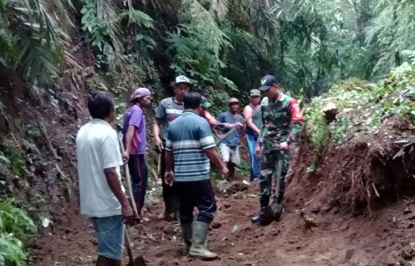 Babinsa Bersama Masyarakat Bersihkan Material Longsor di Karangasem