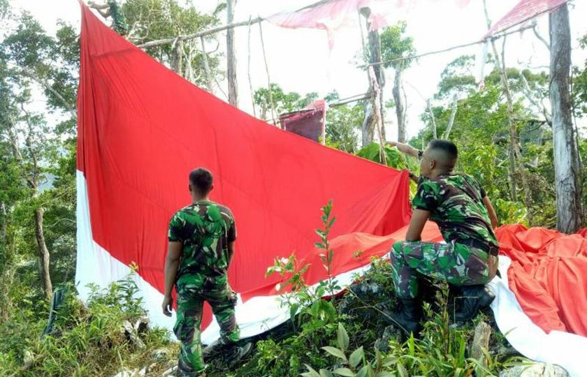 Prajurit Kostrad Kibarkan Bendera Merah Putih di Puncak Gunung Pawa, Papua