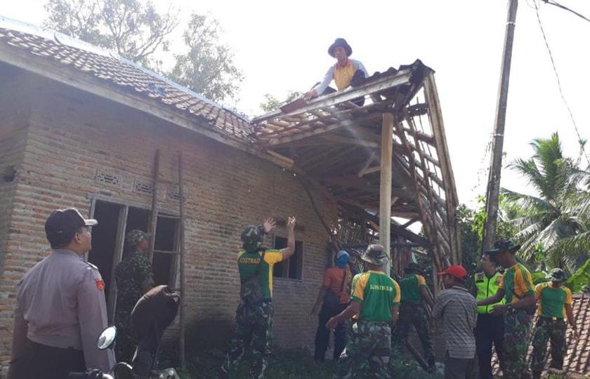 Prajurit Kostrad Bantu Korban Gempa Bumi di Lebak, Banten