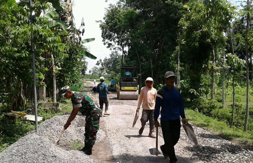 Pengaspalan Jalan Desa Krebet, Wujud Kepedulian TNI