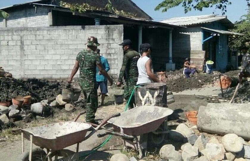 Antisipasi Banjir, Babinsa Bersama Masyarakat Perbaiki Drainase