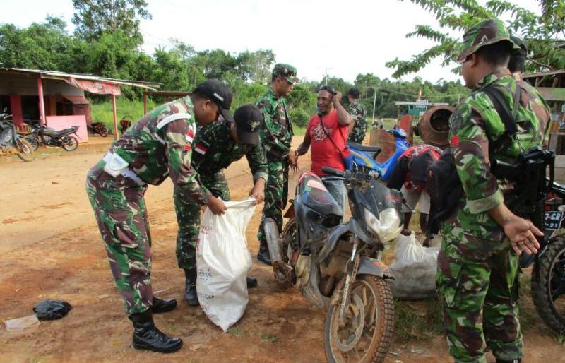Satgas Raider 500/Sikatan Sweeping Miras di Perbatasan Indonesia-Papua Nugini