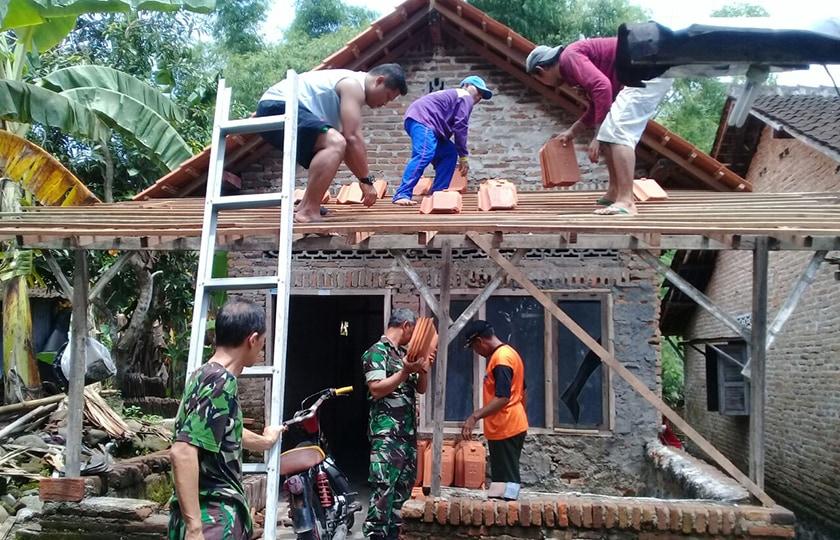 Babinsa Koramil 15/Polanharjo Melaksanakan Rehab Rumah Tidak Layak Huni