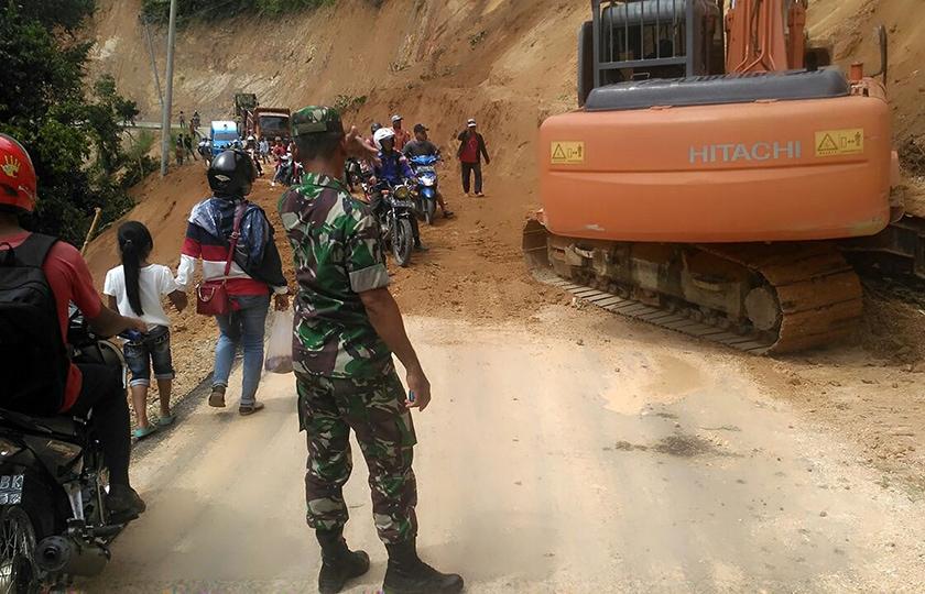 Koramil Wonomulyo Bantu Pembersihan Material Longsor di Kecamatan Bulo