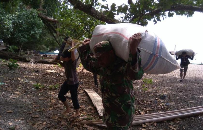 Koramil Werinama Kawal Pengiriman Logistik untuk Desa Batuasa