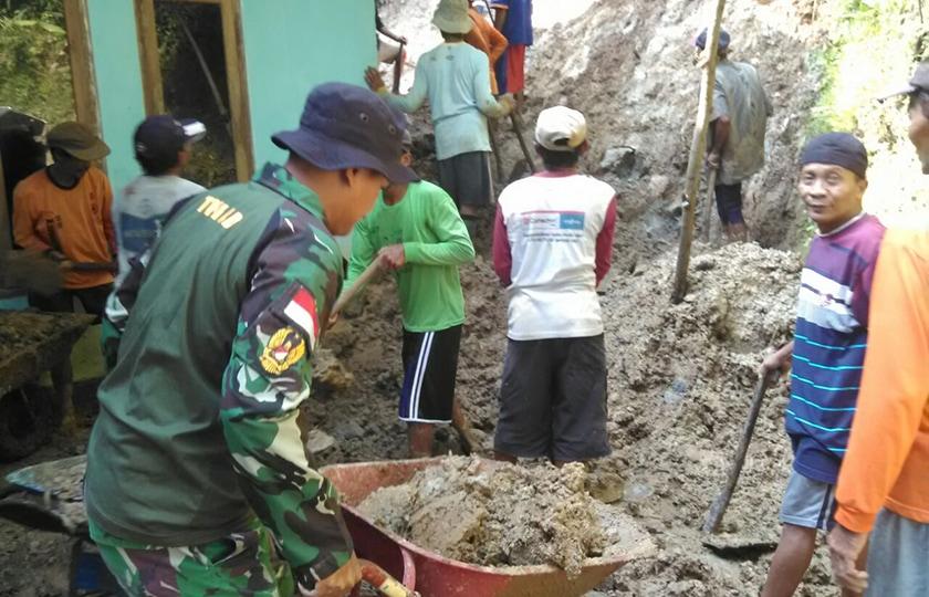 Aparat TNI-Polri, BPBD Dan SAR Beserta Warga Atasi Longsor.