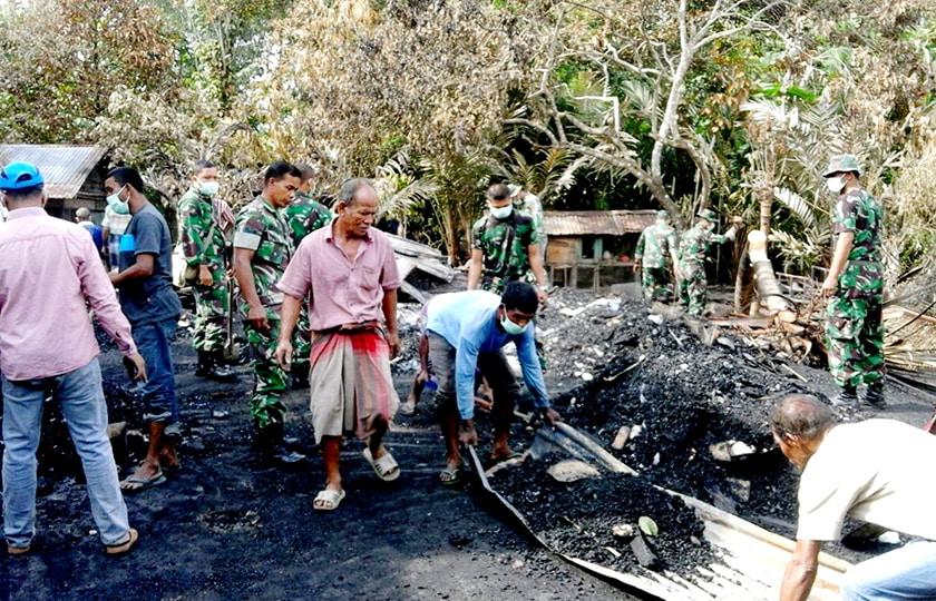 Puluhan Prajurit Bersihkan Puing Pasca Kebakaran di Seulimeum