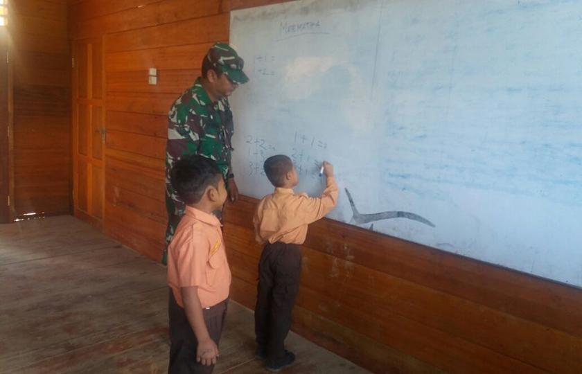 Babinsa Kodim Gayo Lues Mengajar di SD Negeri Lesten