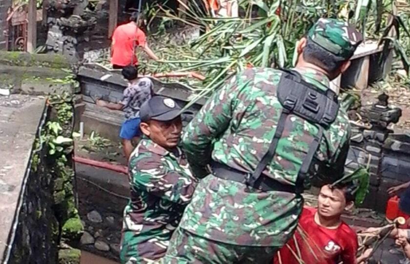 Koramil Sukawati Bantu Penanggulangan Bencana Tanah Longsor